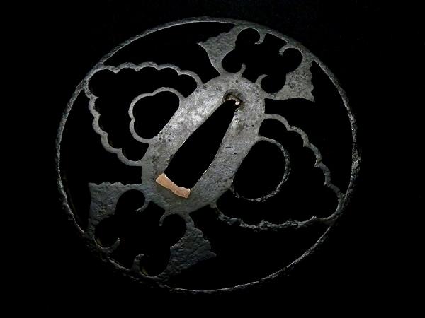【刀装具 #0617】 尾張系統の名作透かし鍔 鉄味抜群! 抱き茗荷図 透かし鍔 長径8.4cm以上ある大鍔です 桐箱付 【検:刀剣/拵え】_画像7