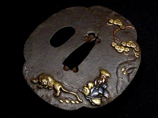 【刀装具 #0938】 水戸系統の生まれ良き名作です! 虎と人物図 鉄地 金色絵 鍔 桐箱付 【検:刀剣/拵え】_画像5