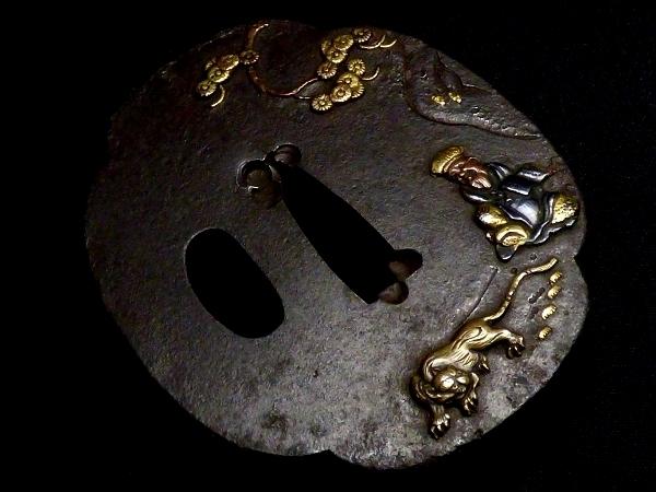 【刀装具 #0938】 水戸系統の生まれ良き名作です! 虎と人物図 鉄地 金色絵 鍔 桐箱付 【検:刀剣/拵え】_画像4