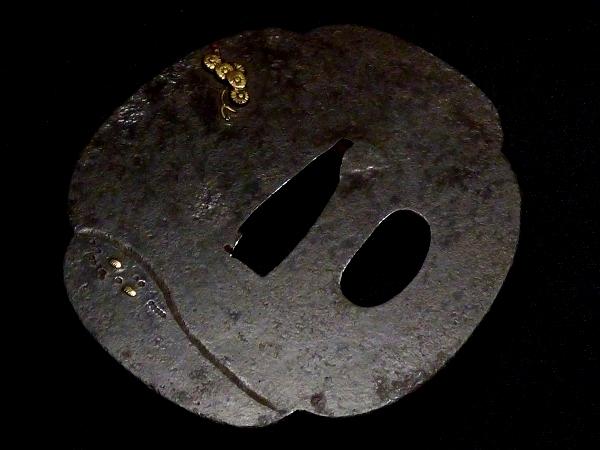 【刀装具 #0938】 水戸系統の生まれ良き名作です! 虎と人物図 鉄地 金色絵 鍔 桐箱付 【検:刀剣/拵え】_画像7