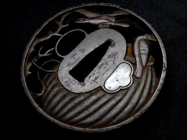 【刀装具 #1073】 「武州住正利」在銘の生まれ良き名作です!鉄味抜群! 籠に鳥図 鉄地 透かし鍔 桐箱付 【検:刀剣/拵え】_画像5