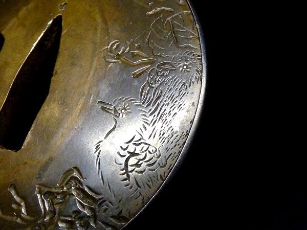 【刀装具 #1008】 水戸系統の生まれ良き名作です! 隴銀地 赤銅覆輪 銀象嵌 猛禽類に草花図 鍔 桐箱付_画像6