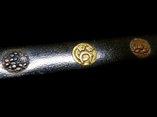 【刀装具 #1065】 水戸系統の生まれ良き優品です! 丸草花図 赤銅地 象嵌 小柄 【検:刀剣/拵え】_画像3