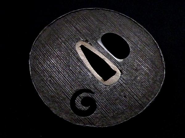 【刀装具 #1256】 甲冑師系統のしっかりとした造りの一品です! 巴図 縦筋紋 鉄地 鍔 桐箱付 【検:刀剣/拵え】_画像6