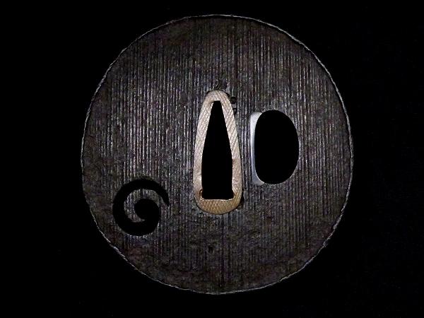 【刀装具 #1256】 甲冑師系統のしっかりとした造りの一品です! 巴図 縦筋紋 鉄地 鍔 桐箱付 【検:刀剣/拵え】_画像3