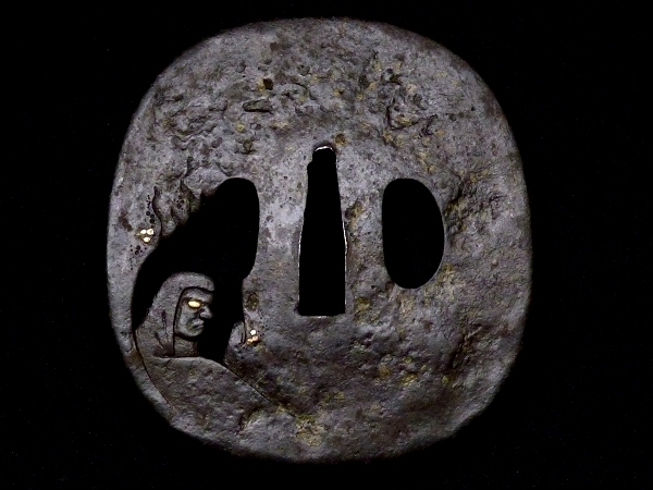 【刀装具 #1250】 土屋安親の名作を彷彿とさせる非常に珍しき構図の名作です! 達磨図 鉄地 象嵌 透かし鍔 桐箱付 【検:刀剣/拵え】_画像3