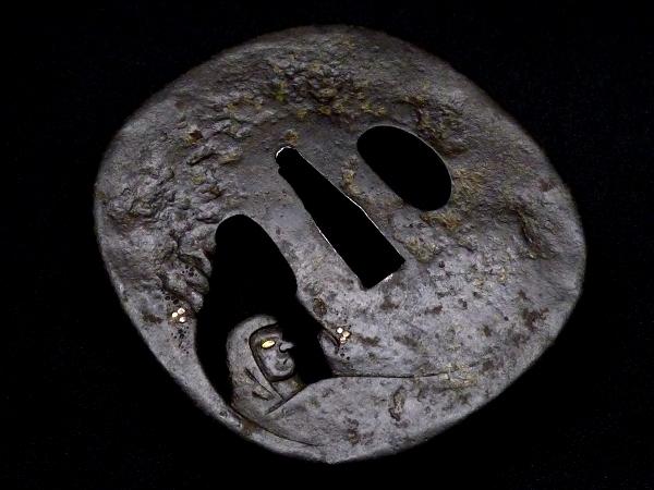 【刀装具 #1250】 土屋安親の名作を彷彿とさせる非常に珍しき構図の名作です! 達磨図 鉄地 象嵌 透かし鍔 桐箱付 【検:刀剣/拵え】_画像6