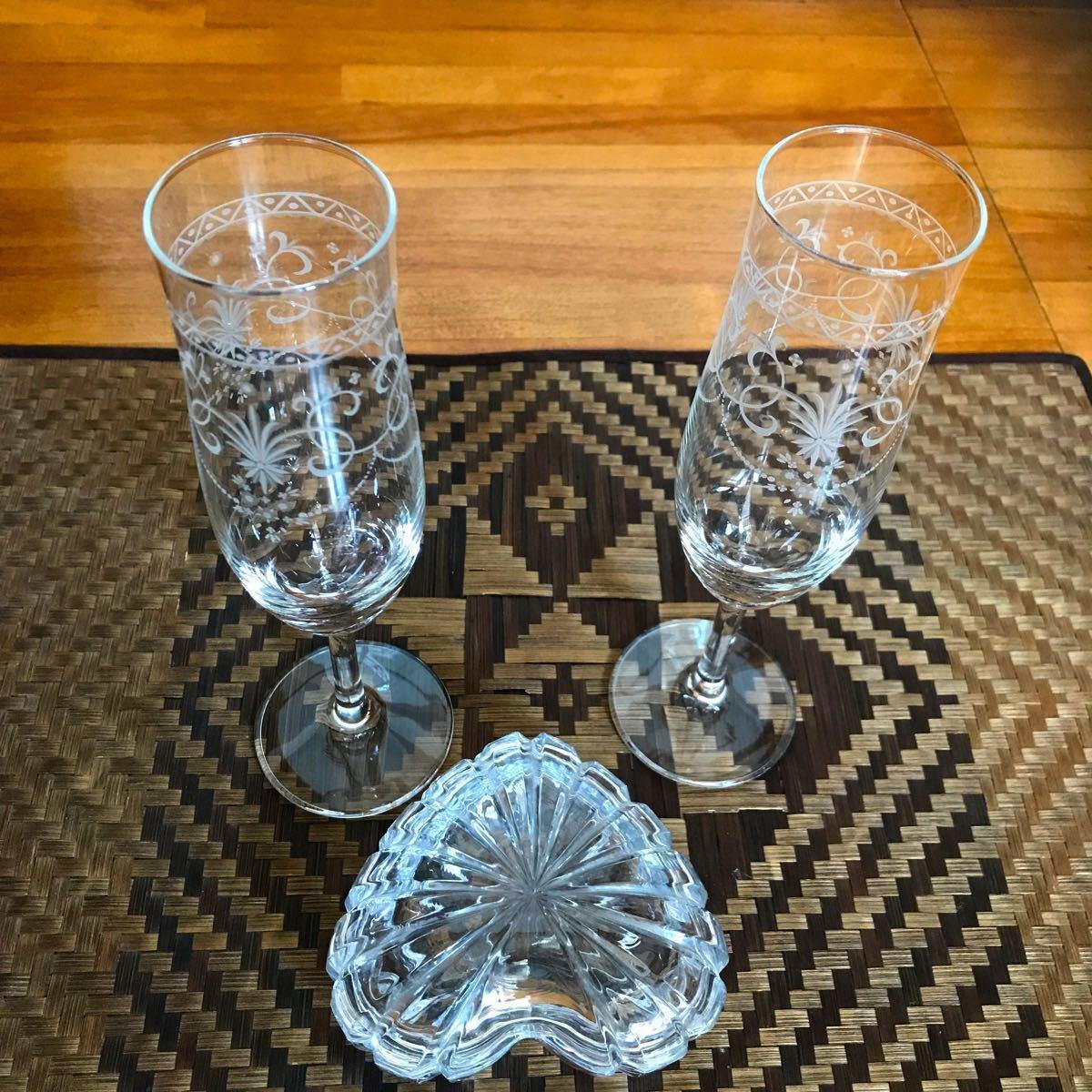 シャンパングラスとボンボニエールとワイングラス