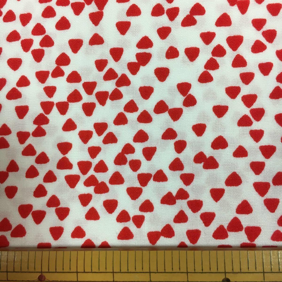 綿ブロード:赤三角柄:生地幅90×50:生地ハギレ