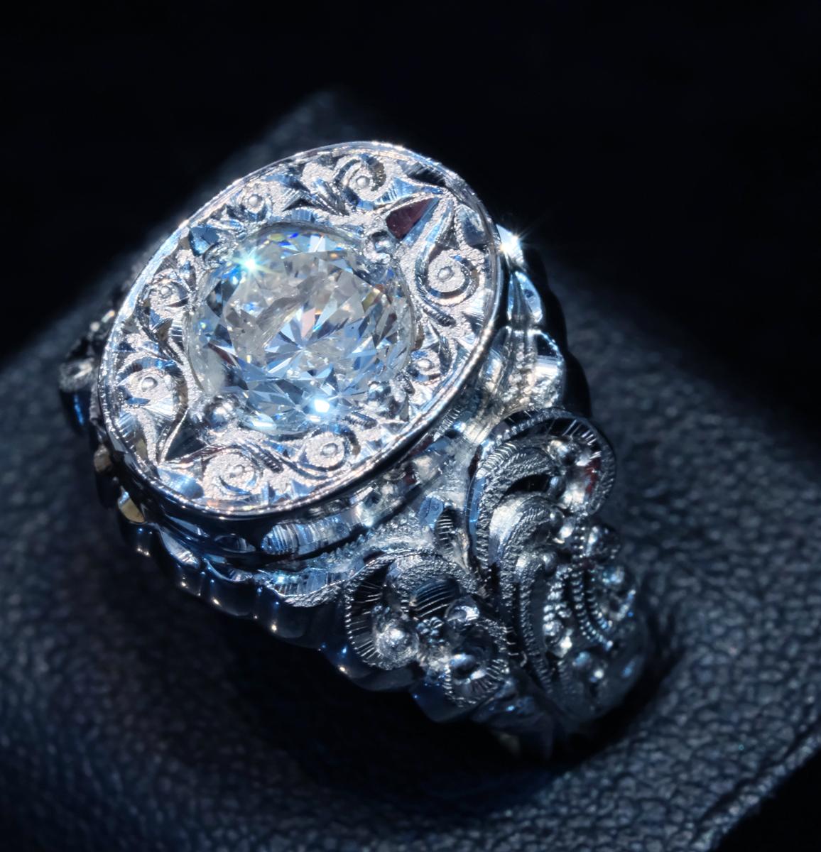 F2328【手創彫金】美しい天然大粒ダイヤモンド1.50ct 最高級Pt900無垢セレブリティメンズリング サイズ19 重量26.49g 縦幅16.6mm_画像1