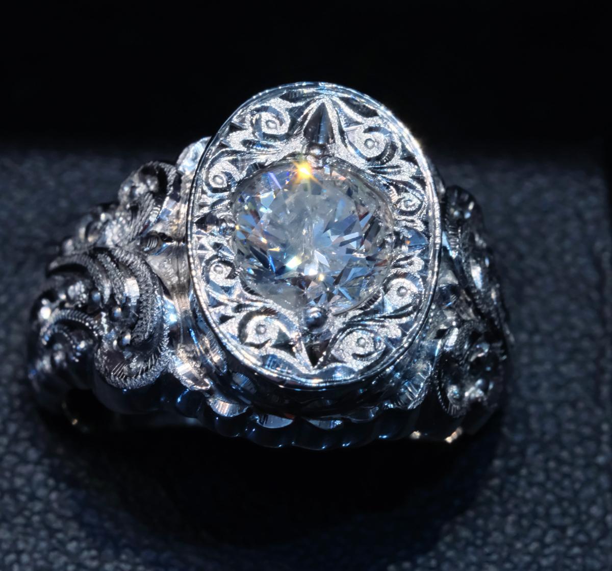 F2328【手創彫金】美しい天然大粒ダイヤモンド1.50ct 最高級Pt900無垢セレブリティメンズリング サイズ19 重量26.49g 縦幅16.6mm_画像2