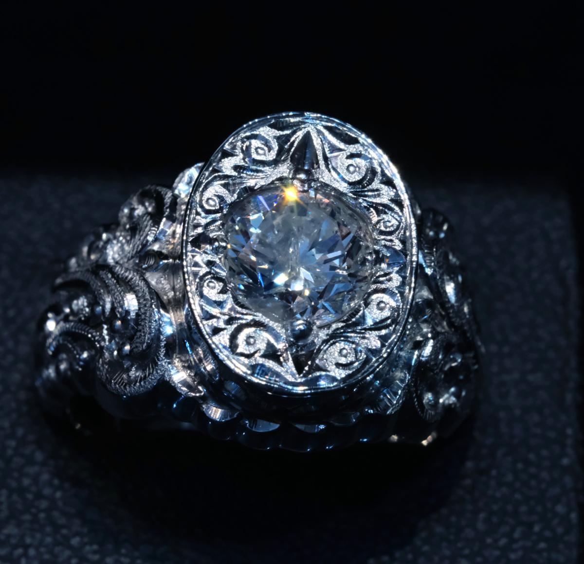 F2328【手創彫金】美しい天然大粒ダイヤモンド1.50ct 最高級Pt900無垢セレブリティメンズリング サイズ19 重量26.49g 縦幅16.6mm_画像3