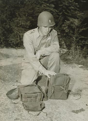 WW2 米軍 デモバック 爆薬梱包袋 ハバーサック M1/M2/M3用_M3爆薬を入れた様子です。1944年撮影。