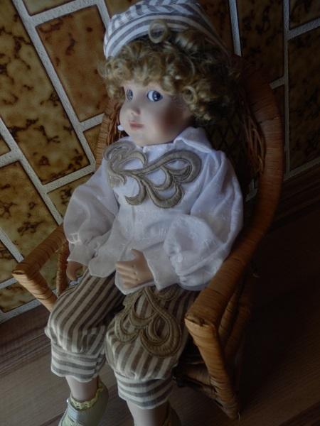 可愛いお顔の男の子ドールと2セットのドレス 籐椅子付き_コットンレースのブラウスとリネンパンツ