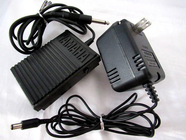 ♪YAMAHA/美品♪ヤマハ/ポータトーン/電子ピアノ/キーボード/PSR-230/GENERAL MIDI/フットスイッチ&イタリア製キーボードスタンド付/USED_フットスイッチ(左)と電源アダプター。