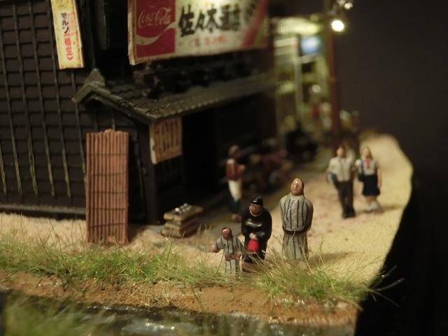 1/150 昭和の田舎の情景『昭和の懐かしい風景シリーズ 42 』 ジオラマ完成品 ライトアップ クリアケース付_子供が小川で何かを見つけました