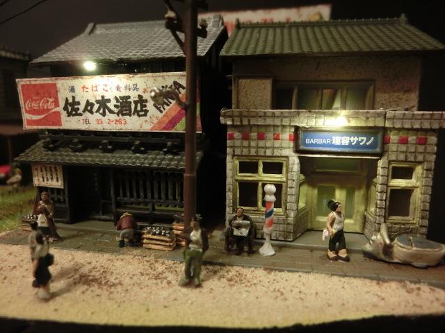1/150 昭和の田舎の情景『昭和の懐かしい風景シリーズ 42 』 ジオラマ完成品 ライトアップ クリアケース付_酒屋さんと理髪店です