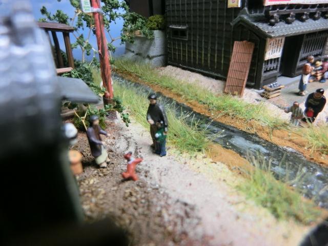 1/150 昭和の田舎の情景『昭和の懐かしい風景シリーズ 42 』 ジオラマ完成品 ライトアップ クリアケース付_こちらは親子でしょうか。楽しそうですね