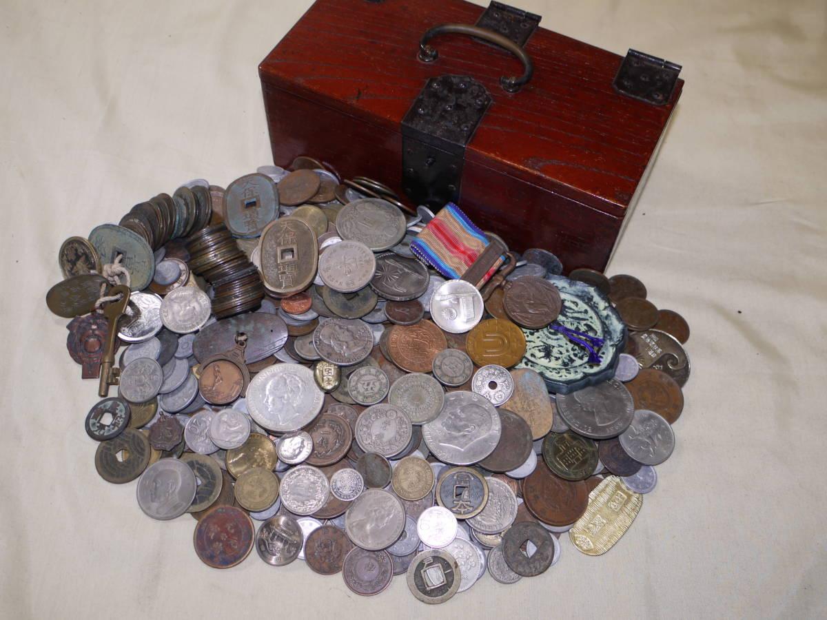 ☆古い 「 古銭等いろいろ」 大型銀貨,穴銭,絵銭,中国銭,参考品,外国コイン,メダル他 約2.7kg 古い木箱入!