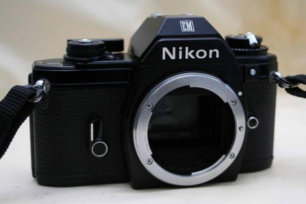Nikon ニコン 人気の一眼レフカメラ EM ボディ 作動品 (腐食無し)