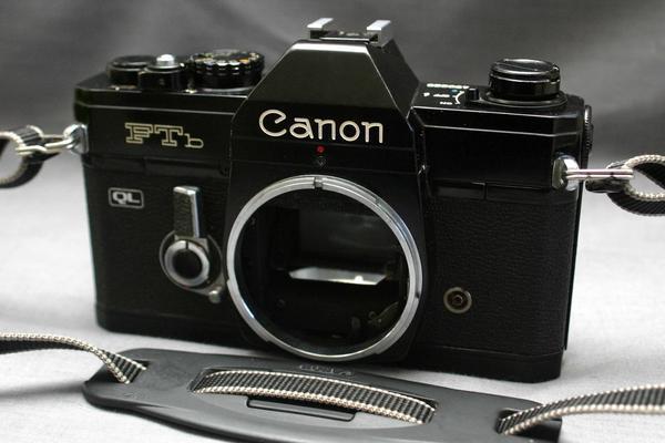 Canon キャノン 昔の高級一眼レフカメラ FTb 黒ボディ 希少な作動品 (腐食無し)