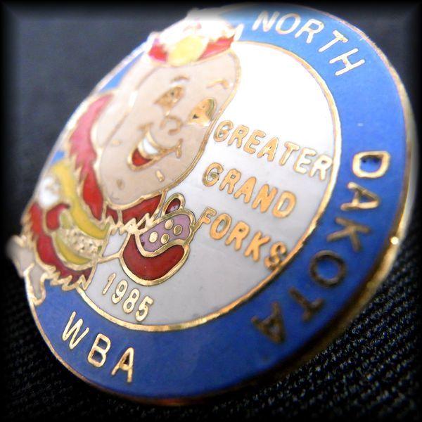 USA BOWLING PIN ボウリングピンバッジ 1985 NORTH DAKOTA WBA GREATER GRAND FORKS No 64