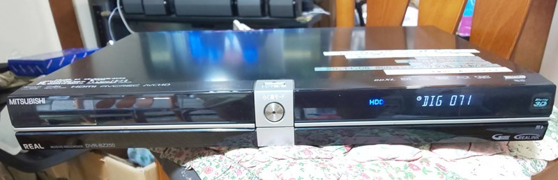 @ 素人修理、BD-R以外使えます。:三菱 REAL BD/DVD ブルーレイレコーダー DVR-BZ250 ジャンク(250-2)_前から。電源入っています。