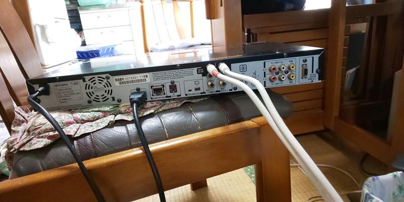 @ 素人修理、BD-R以外使えます。:三菱 REAL BD/DVD ブルーレイレコーダー DVR-BZ250 ジャンク(250-2)_裏から、動作チェック中