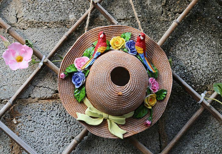 ガーデンオブジェ リボン付き麦わら帽子 花とカラフルなオウム 壁掛け カントリー風 (赤い鳥)_画像2