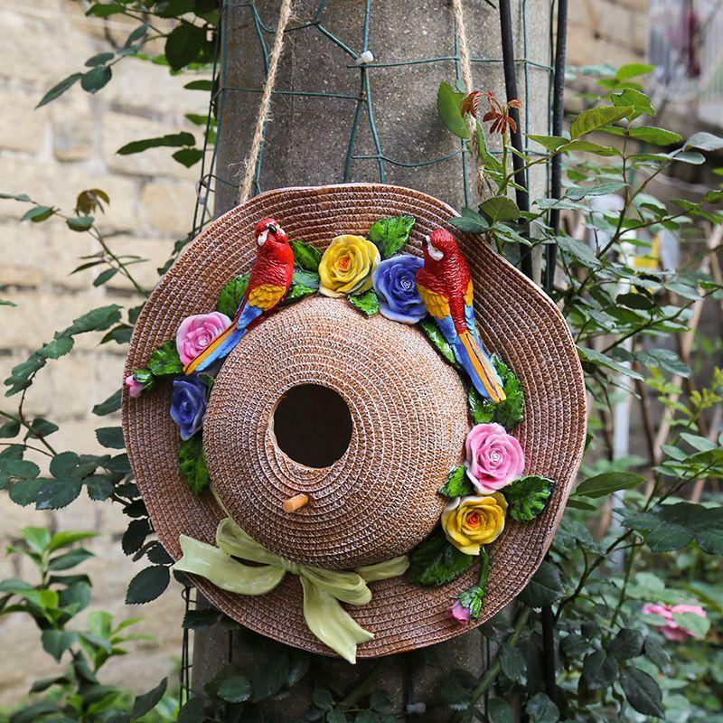 ガーデンオブジェ リボン付き麦わら帽子 花とカラフルなオウム 壁掛け カントリー風 (赤い鳥)_画像1