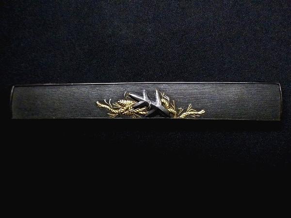 【刀装具 #1503 】 拵えに最適!後藤系統の生まれ良き名作です! 松に注連縄図 上質赤銅魚々子地 金銀象嵌 小柄 桐箱付_画像4