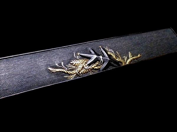 【刀装具 #1503 】 拵えに最適!後藤系統の生まれ良き名作です! 松に注連縄図 上質赤銅魚々子地 金銀象嵌 小柄 桐箱付_画像3