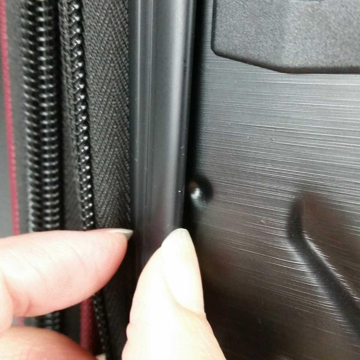 ス111 Sサイズ 横型 フロントオープン スーツケース キャリーケース 機内持ち込み 拡張機能 ブラック_型が有るだけで、穴でも傷でもありません