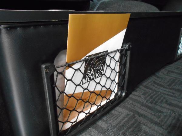 ハイエース セカンド テーブル 200系 セカンドボード 後席 2列目 シート カップホルダー トヨタ TOYOTA 標準 収納 BOX 木目 黒 パーツ_雑誌など収納可能です