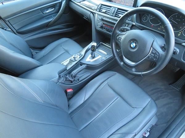 BMW 320dブルーパフォーマンス ツーリング ラグジュアリー 内外美車/不具合&修復無し/車検R4年3月【黒革/HDDナビ/BT/USB/ETC/Bカメラ/HID】_若干の使用感程度で綺麗な状態です