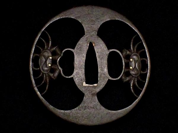 【刀装具 #1516 】 必見!武州系統の傑作です! 躍動感ある見事な二疋蟹図 鉄地 金象嵌 透かし鍔 桐箱付_画像3