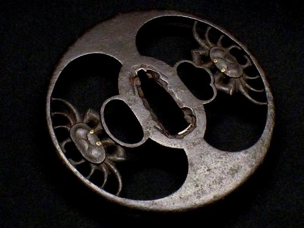 【刀装具 #1516 】 必見!武州系統の傑作です! 躍動感ある見事な二疋蟹図 鉄地 金象嵌 透かし鍔 桐箱付_画像4