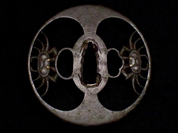 【刀装具 #1516 】 必見!武州系統の傑作です! 躍動感ある見事な二疋蟹図 鉄地 金象嵌 透かし鍔 桐箱付_画像2