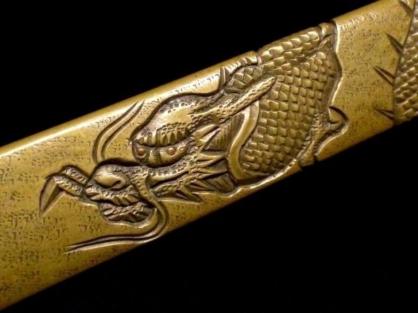 【刀装具 #1529 ★期間限定ウブ出し小柄★】 水戸系統の生まれ良き名作です! 見応えある表裏に巻き付いた龍図の細工! 真鍮地_画像3