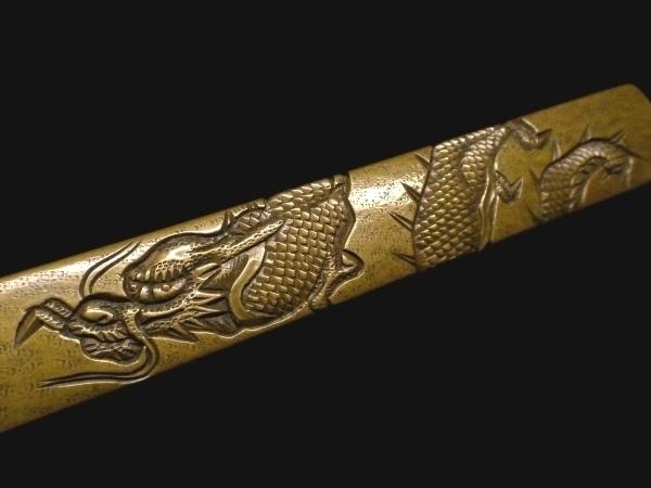 【刀装具 #1529 ★期間限定ウブ出し小柄★】 水戸系統の生まれ良き名作です! 見応えある表裏に巻き付いた龍図の細工! 真鍮地_画像2