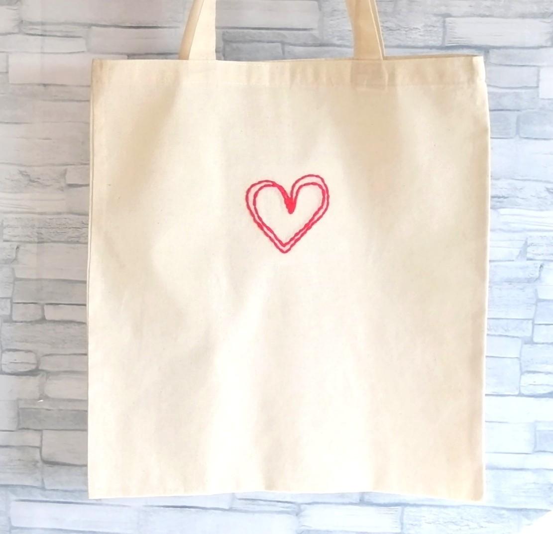 ハンドメイド 赤いハート 手縫いの刺繍 トートバッグ ショルダーバッグ エコバッグ レッスンバッグ 生成り コットン