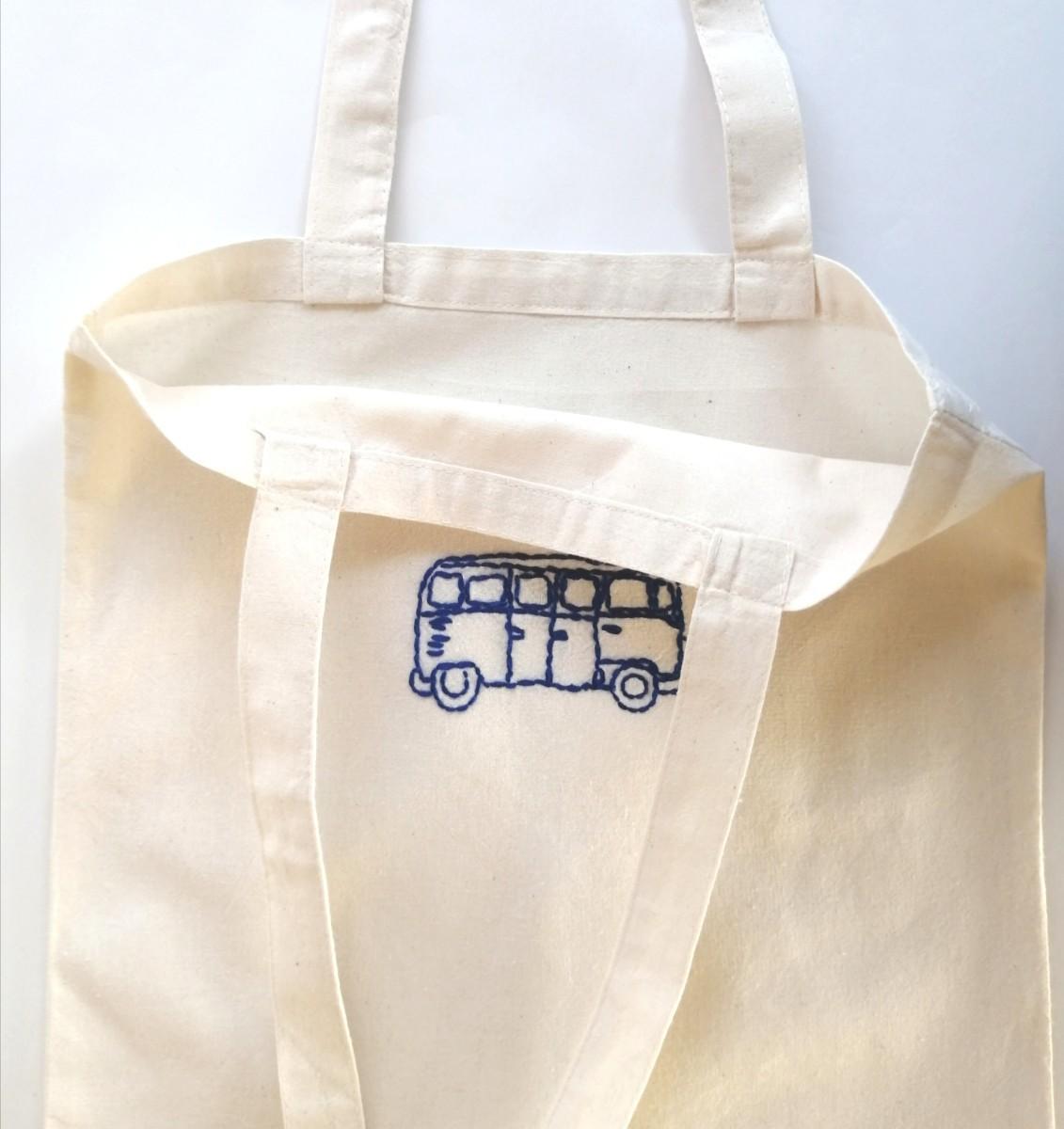 ハンドメイド 青いバス 手縫いの刺繍 トートバッグ フラット 生成り エコバッグ ショルダーバッグ レッスンバッグ 生成り 綿