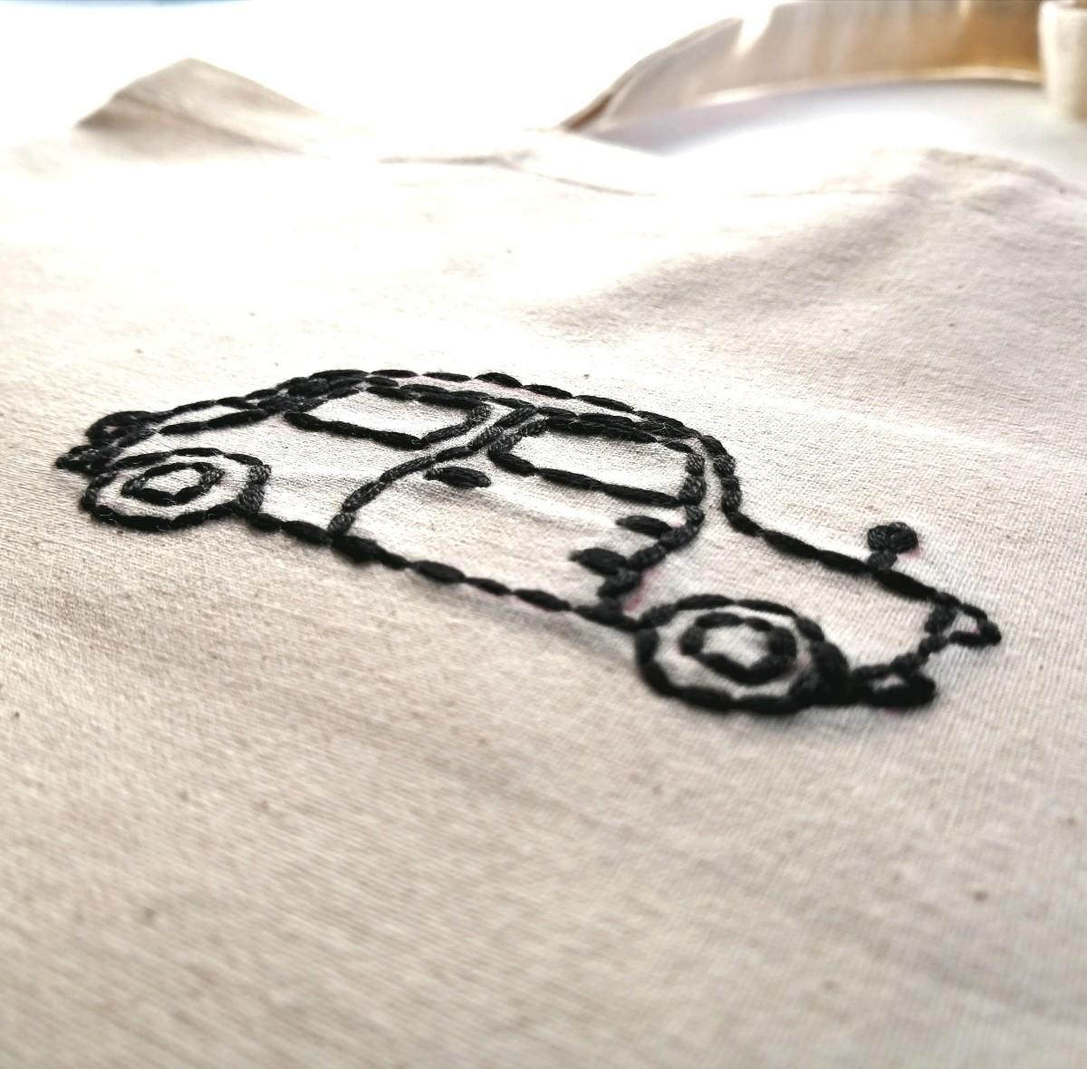 ハンドメイド 黒い自動車 手縫いの刺繍 トートバッグ エコバッグ ショルダーバッグ レッスンバッグ 生成り コットン