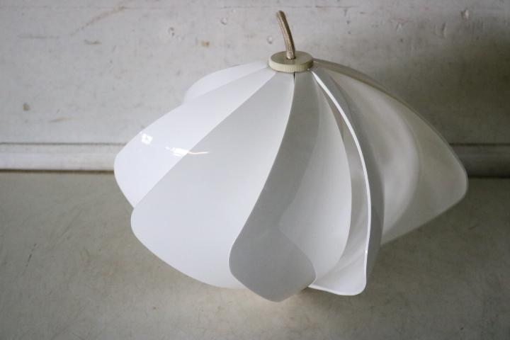 TB526レトロポップな吊り下げ照明 ホワイト 点灯確認済み◇ライト/スペースエイジ/ミッドセンチュリー/インテリア/古道具タグボート_画像2