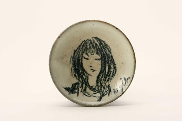 3247r 彫刻家 儀保克幸 手描 少女図 絵皿 小 B012 日本の陶磁&陶磁一般&その他