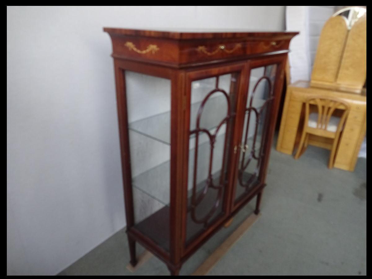【展示品】 高級 イタリア家具 象嵌 クラシック ガラスキャビネット 飾り棚 リビングボード_画像3