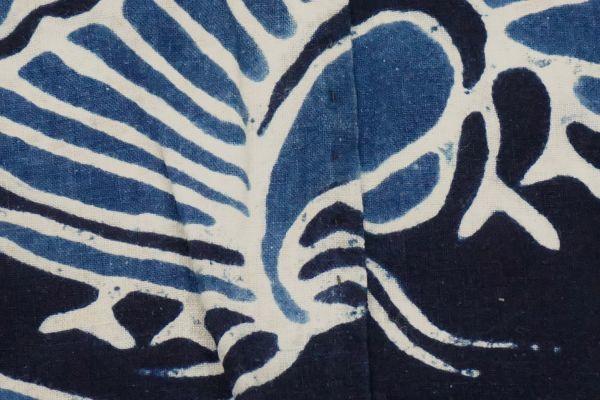1963F8◆家紋風呂敷◆揚羽蝶◆藍染木綿古布◆アンティーク生地◆リメイク素材◆ヴィンテージ◆JAPAN BLUE◆ANTIQUE_画像3