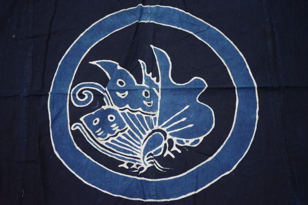 1963F8◆家紋風呂敷◆揚羽蝶◆藍染木綿古布◆アンティーク生地◆リメイク素材◆ヴィンテージ◆JAPAN BLUE◆ANTIQUE_画像2