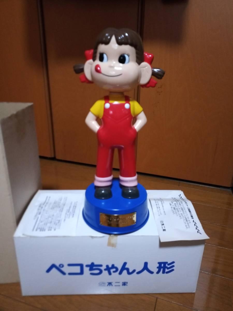非売品 不二家 ペコちゃん 50周年記念 首ふり人形 金属製青台座 高さ約35cm 当選品_画像2