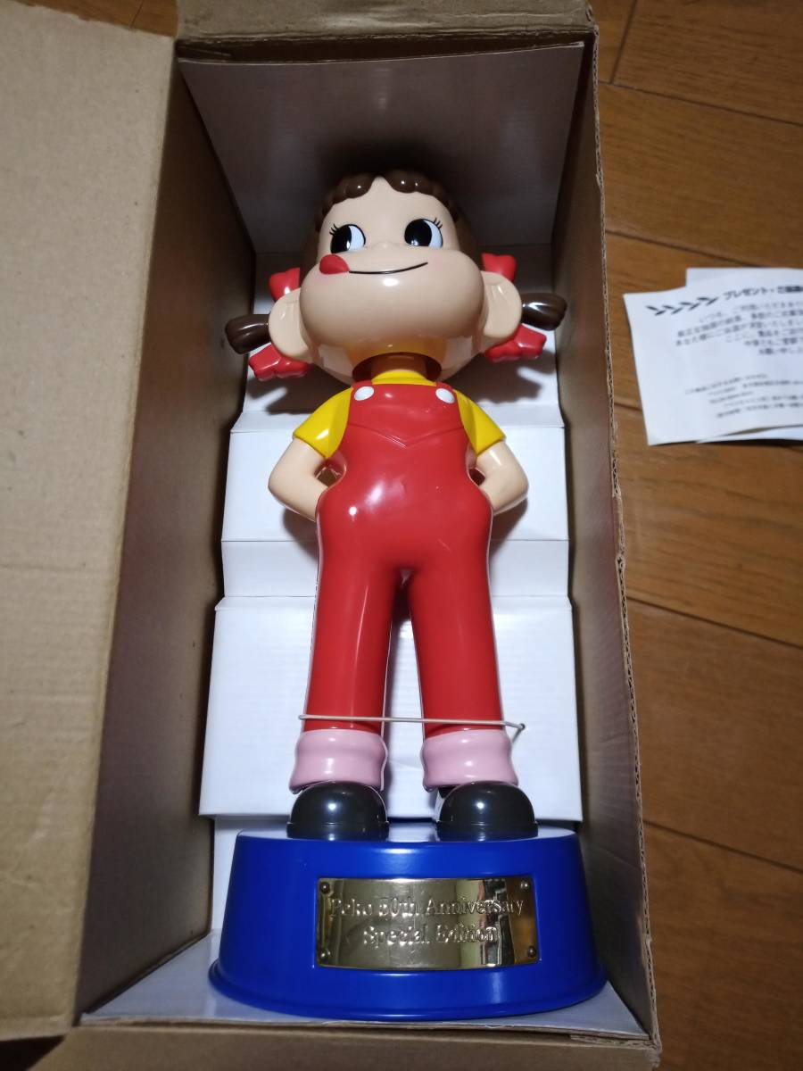 非売品 不二家 ペコちゃん 50周年記念 首ふり人形 金属製青台座 高さ約35cm 当選品_画像1